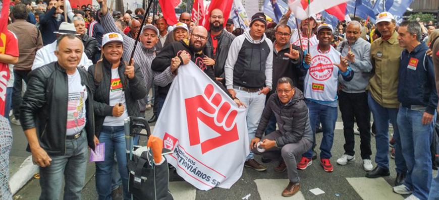 Milhares de manifestantes em todo o Brasil protestaram contra os cortes na educação e em defesa da aposentadoria